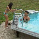 Escalier piscine avec mains courantes
